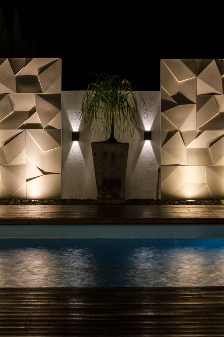 Cenário iluminado : Piscinas  por MOWA ARQUITECTURA