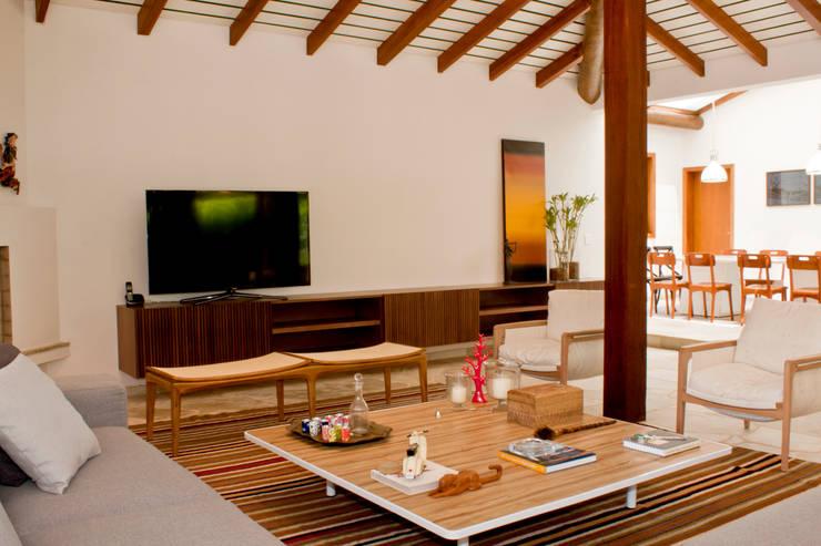 Salas / recibidores de estilo  por Renata Romeiro Interiores