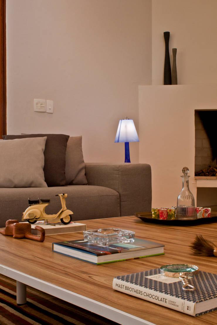 Residência Cond. Porto e Veleiros Ibiúna/SP: Sala de estar  por Renata Romeiro Interiores,