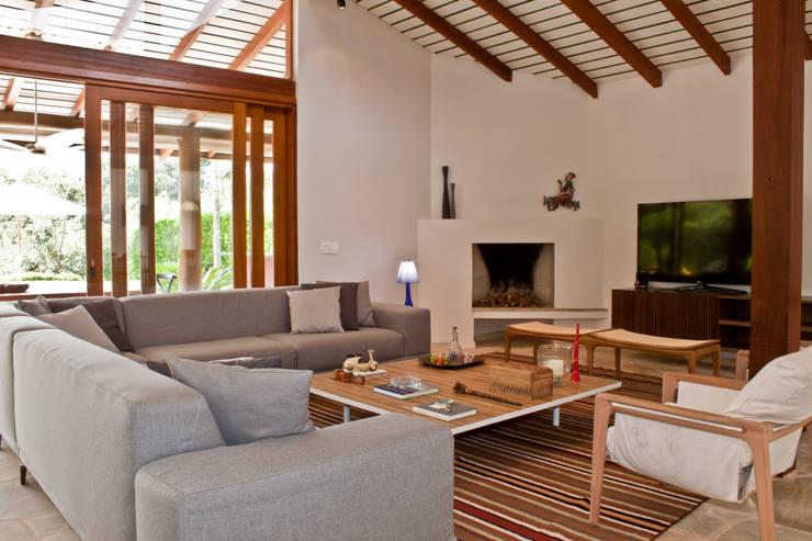 Residência Cond. Porto e Veleiros Ibiúna/SP: Salas de estar  por Renata Romeiro Interiores