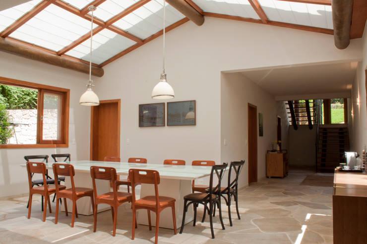 Residência Cond. Porto e Veleiros Ibiúna/SP: Salas de jantar  por Renata Romeiro Interiores,