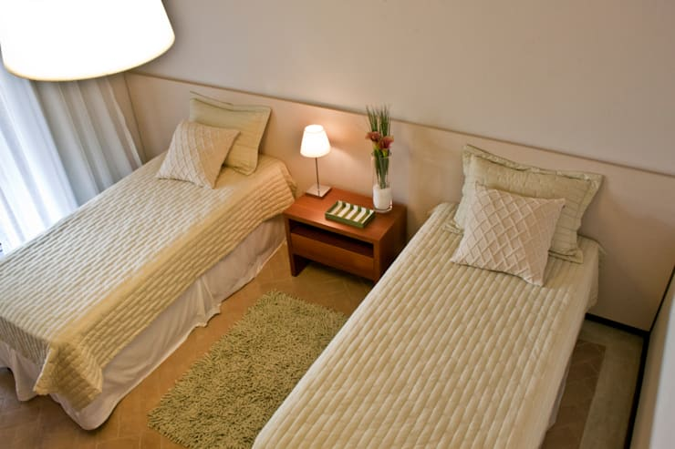 Residência Cond. Porto e Veleiros Ibiúna/SP: Quartos  por Renata Romeiro Interiores