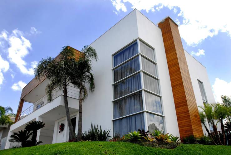 Fachada principal: Casas modernas por ARQUITETURA - Camila Fleck