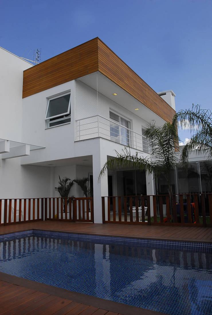 Fachada fundos: Casas modernas por ARQUITETURA - Camila Fleck