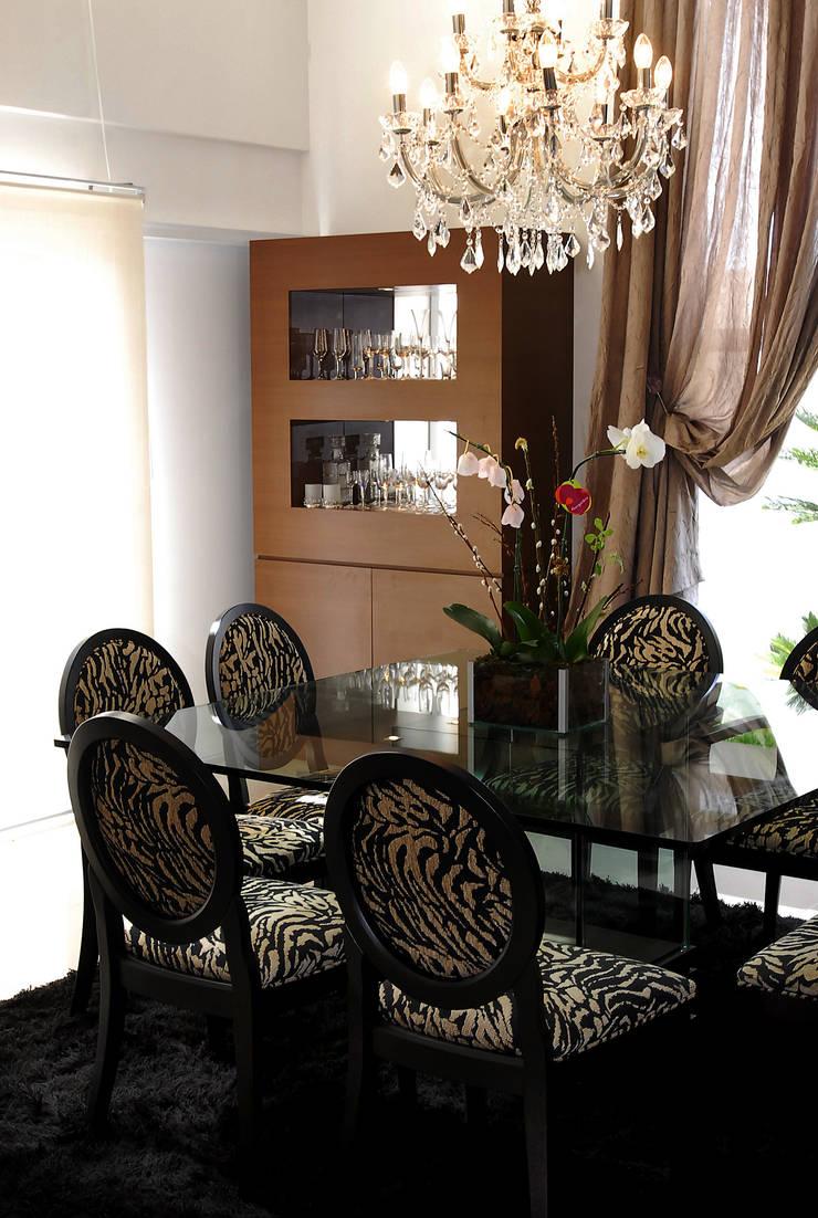 Sala de jantar: Salas de jantar clássicas por ARQUITETURA - Camila Fleck