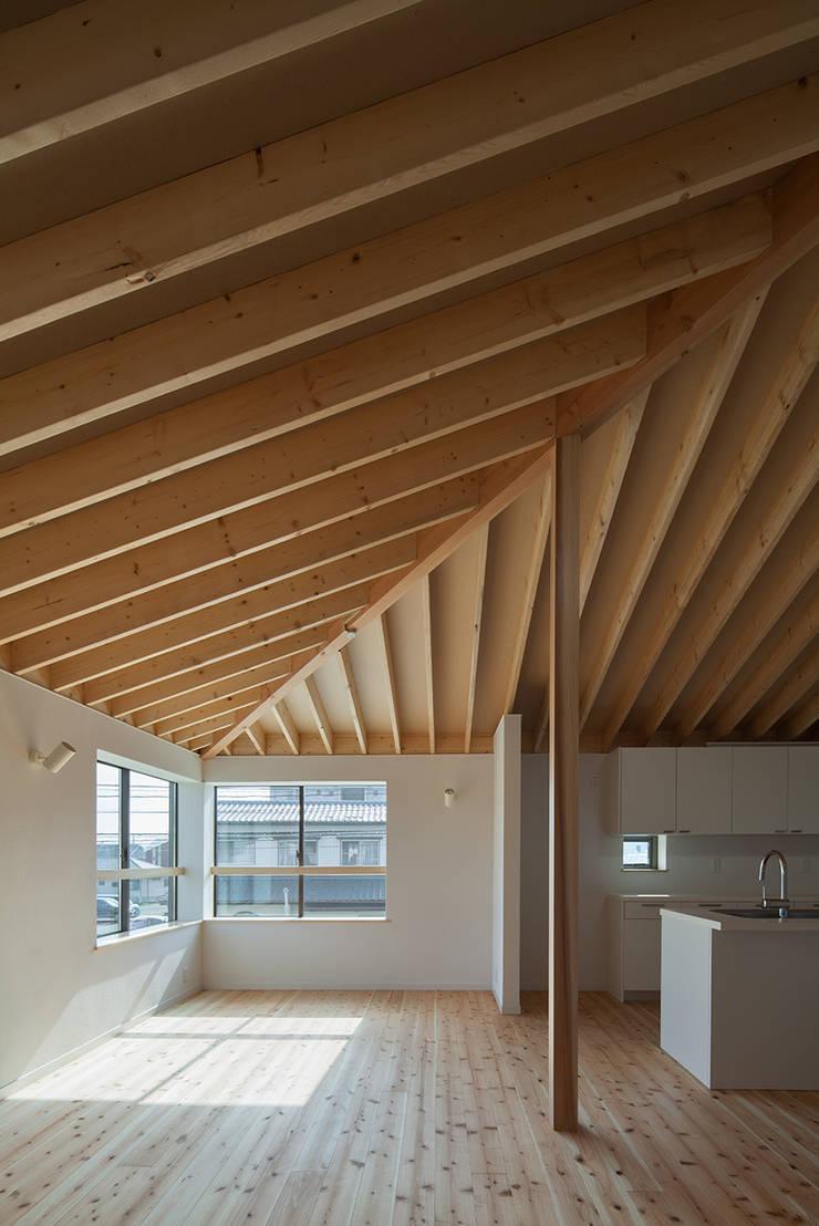 萱方の住宅: 山口修建築設計事務所が手掛けたリビングです。