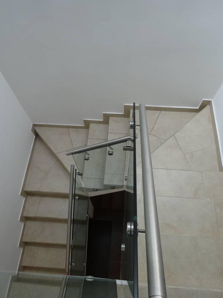 Casa Ped: Pasillos y recibidores de estilo  por CONSTRUCTORA ARQOCE