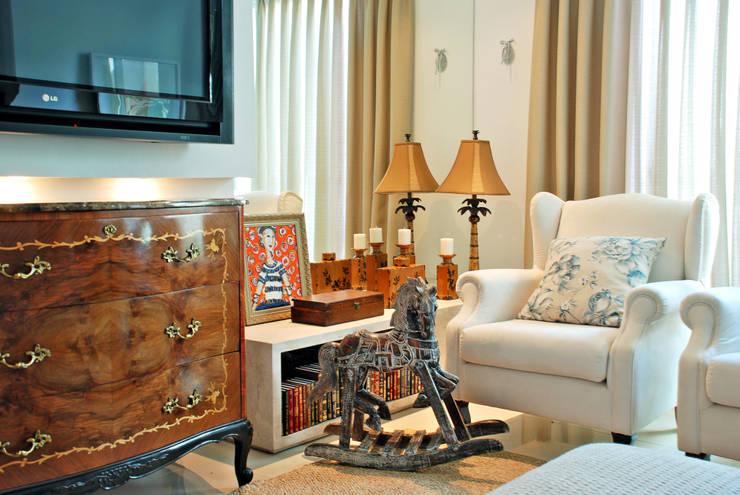 Casa CR: Sala de estar  por Neoarch