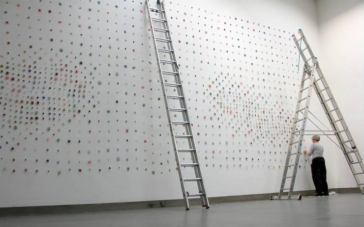 Sampler Dots Large- 2004- 450 x 1000 cm, horsehair, fabric, stitched:   door Marian Bijlenga, Minimalistisch
