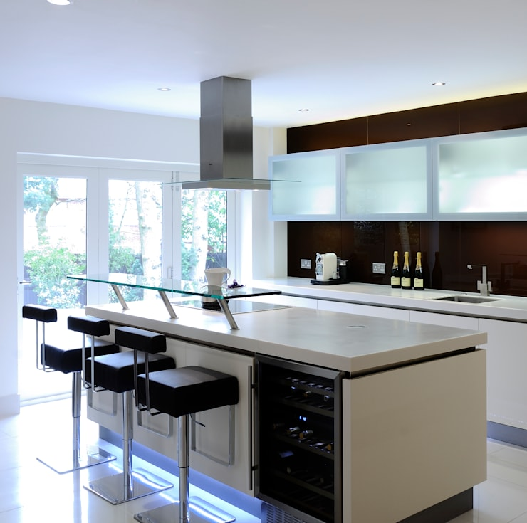 Urban Style Magnolia handle-less kitchen with brown glass:  Kitchen by Urban Myth