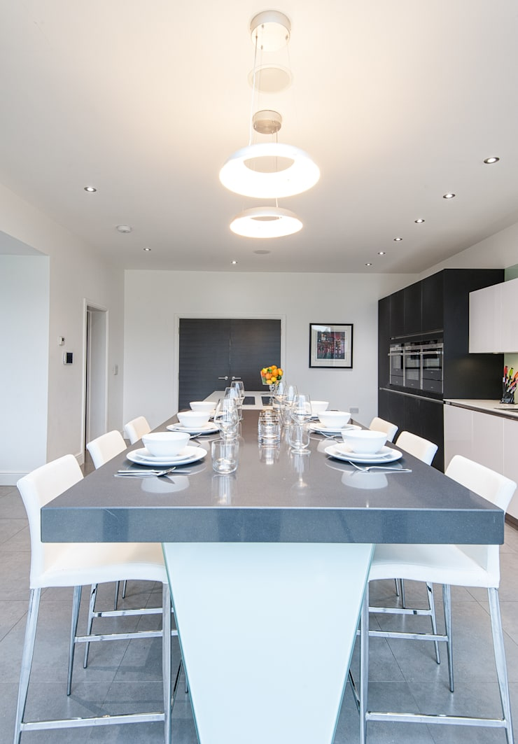 Urban Style Kitchen - White handle-less kitchen with satin black glass units:  Kitchen by Urban Myth