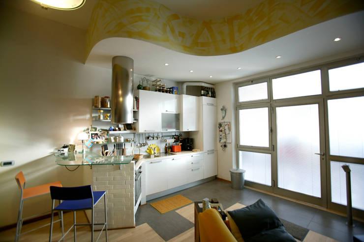 Vecchio casolare: Cucina in stile in stile Moderno di Simone Grazzini