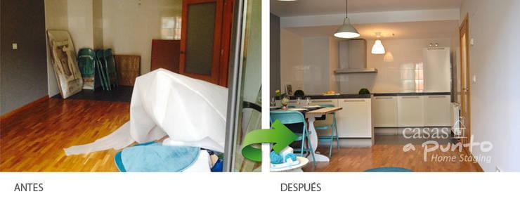 Salón abierto amueblado con muebles de cartón . :  de estilo  de Casas a Punto home staging