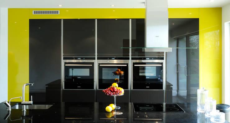 A modern kitchen in rural location:  Kitchen by Urban Myth