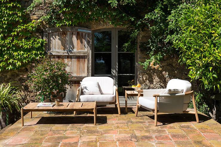 Salón de exterior en tonos naturales. 2: Jardín de estilo  de Los Peñotes