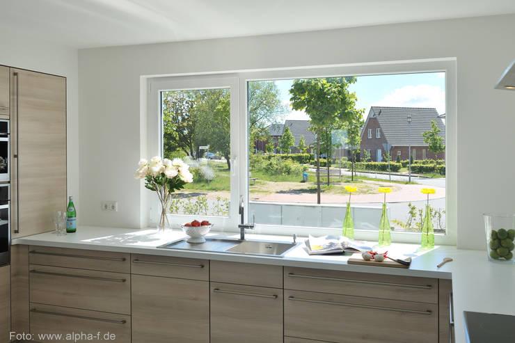 Einfamilienhaus in Flensburg: moderne Küche von Architektenbüro Lorenzen, Freischaffende Architekten BDA