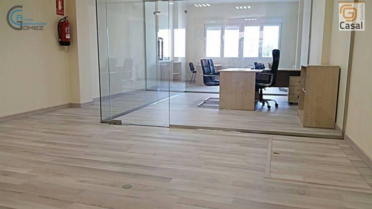 suelo laminado: Oficinas y Tiendas de estilo  de Almacén de Carpintería Gómez
