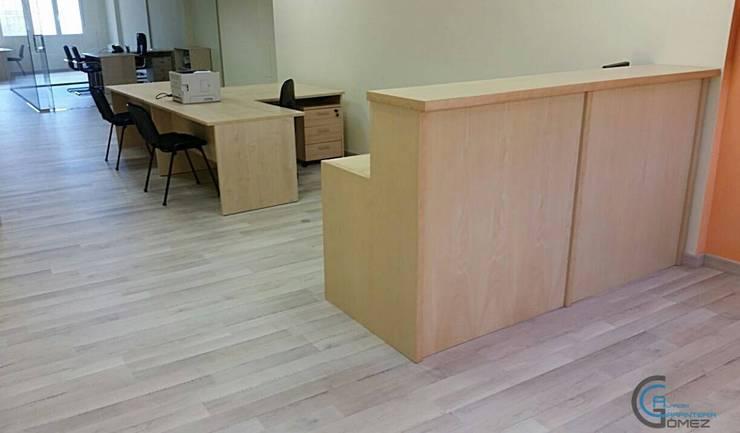mostrador en madera de haya y suelo laminado: Oficinas y Tiendas de estilo  de Almacén de Carpintería Gómez