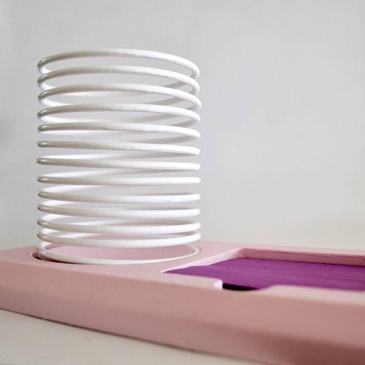 Posty Slinky : Estudio de estilo  por Metal & Wood