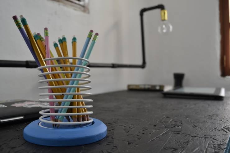 Porta Slinky: Oficinas y tiendas de estilo  por Metal & Wood