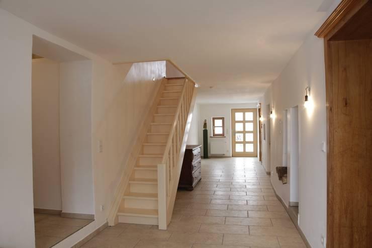 Ullerting 8 - Wohnhaus R+B:  Flur & Diele von Nico Wallner Architekt