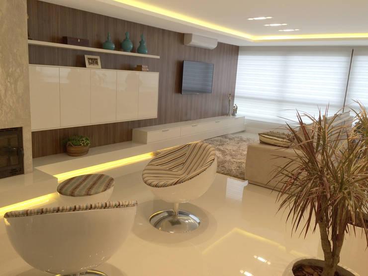 Apartamento: Sala de estar  por Arteforma Arquitetura