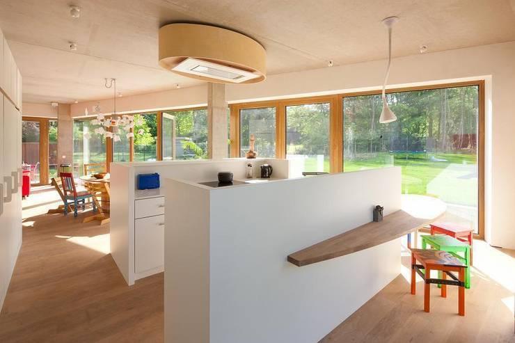 passiefwoning te Blanden:  Keuken door hasa architecten bvba, Modern