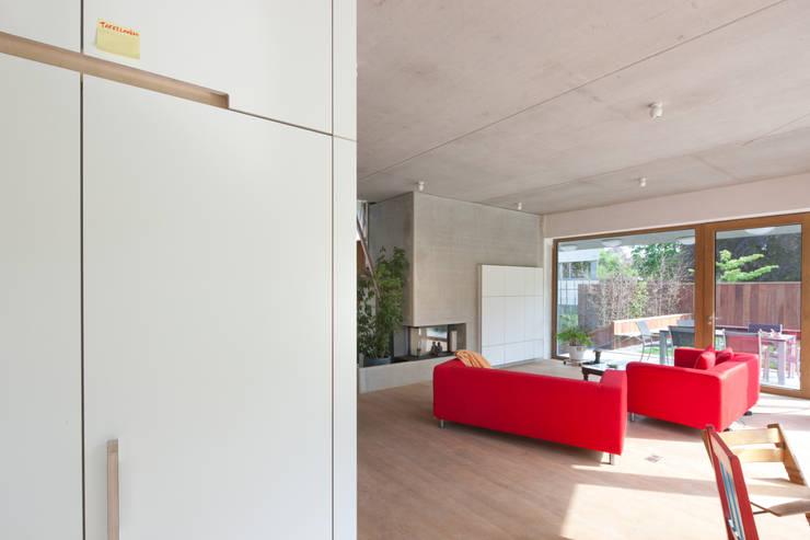 passiefwoning te Blanden:  Woonkamer door hasa architecten bvba, Modern