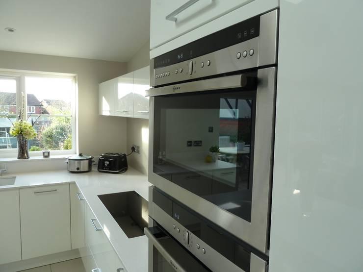 In-Style Calla in high gloss white with Silestone Blanco Norte worktops:  Kitchen by Zara Kitchen Design