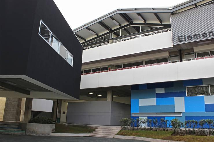 JFK Elementary School: Estudios y oficinas de estilo  por VG+VM Arquitectos