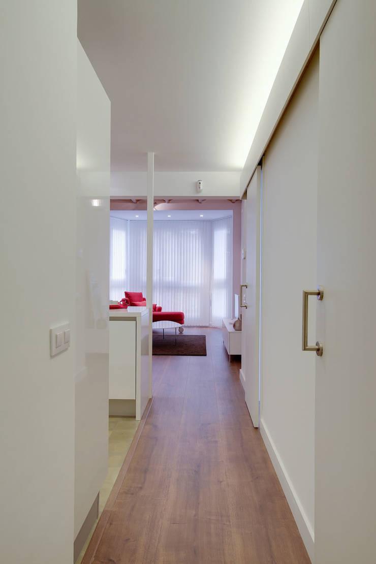 Couloir, entrée, escaliers minimalistes par ELIX Minimaliste