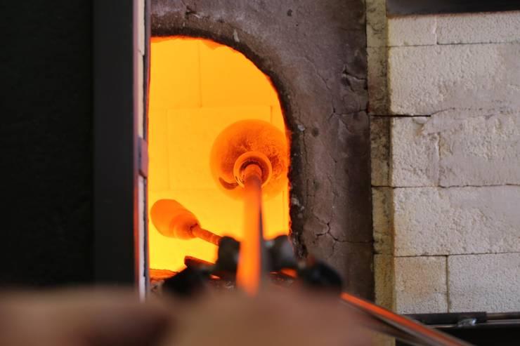 El proceso del vidrio soplado: Paisajismo de interiores de estilo  de Alba Martín Vidrio Soplado
