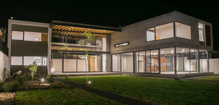 Casa FAR: Jardines de estilo minimalista por VG+VM Arquitectos