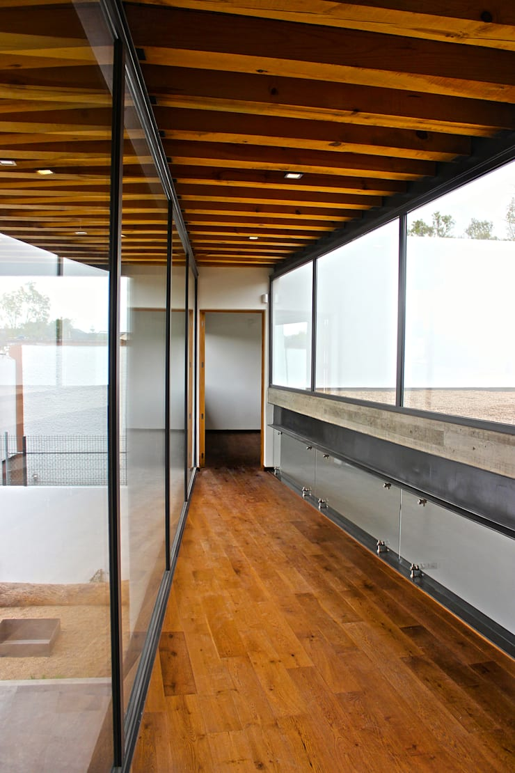 Casa FAR: Pasillos y recibidores de estilo  por VG+VM Arquitectos