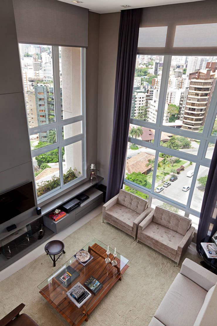 Cobertura Bela Vista, Porto Alegre, RS.: Salas de estar  por arquitetura7,