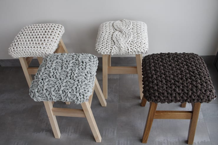 Stołki z ręcznie obrobionymi siedziskami.: styl , w kategorii Salon zaprojektowany przez Manufaktura pracownia artystyczna