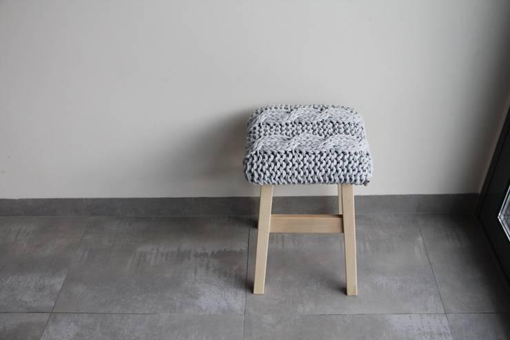 Stołek z siedziskiem z jasnoszarego sznurka.: styl , w kategorii Salon zaprojektowany przez Manufaktura pracownia artystyczna