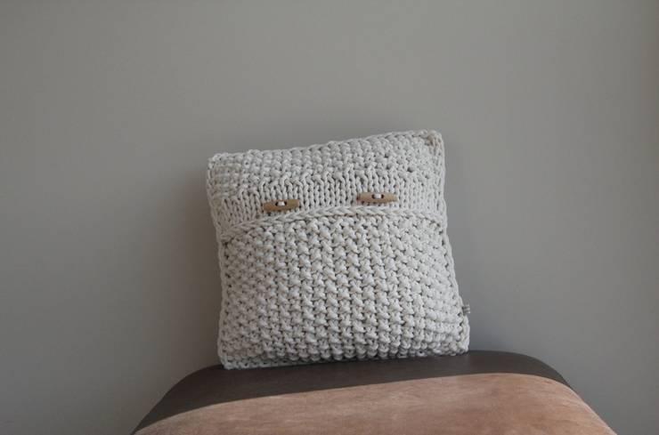 Poduszka dekoracyjna z lawendą.: styl , w kategorii Sypialnia zaprojektowany przez Manufaktura pracownia artystyczna