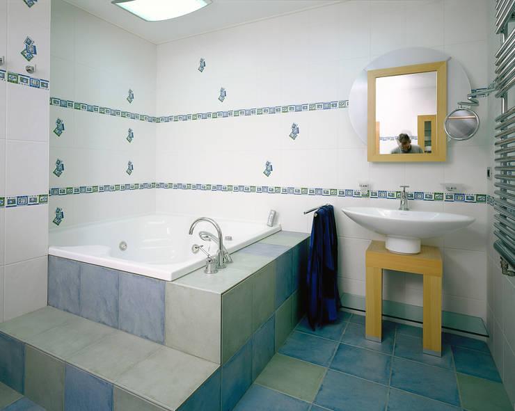 Балтийские дюны: Ванные комнаты в . Автор – Studio B&L , Минимализм
