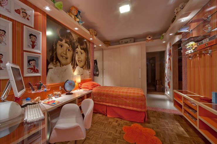dormitório de menina: Quarto infantil  por arquiteta aclaene de mello