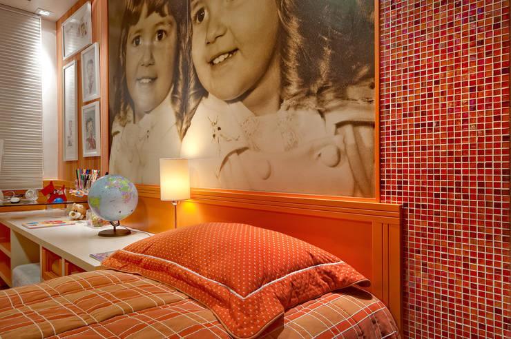 dormitório de menina: Quarto de crianças  por arquiteta aclaene de mello