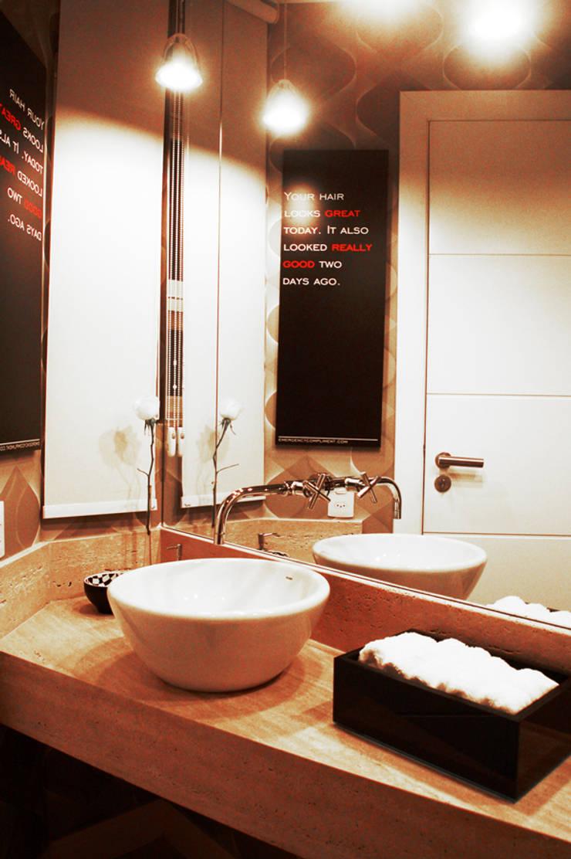 CASA MM   MM HOUSE: Banheiros  por Sandro Clemes