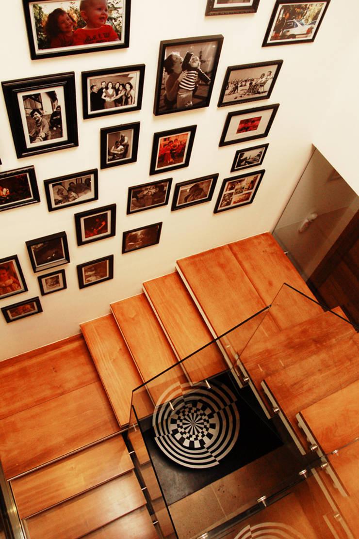 CASA MM   MM HOUSE: Corredores e halls de entrada  por Sandro Clemes
