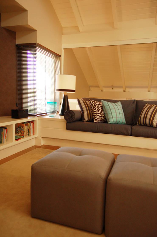 CASA MM   MM HOUSE: Salas de estar  por Sandro Clemes