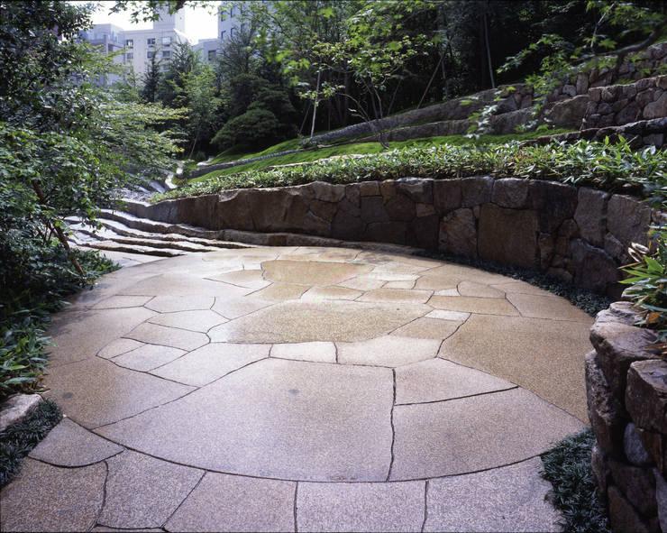 セルリアンタワー東急ホテル日本庭園 閑坐庭: 枡野俊明+日本造園設計が手掛けたホテルです。,モダン