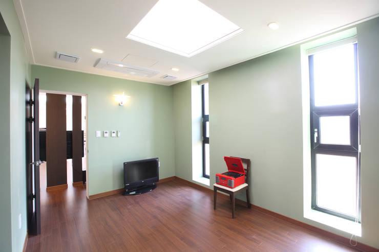 양평 회현리주택의 안방: 주택설계전문 디자인그룹 홈스타일토토의  침실