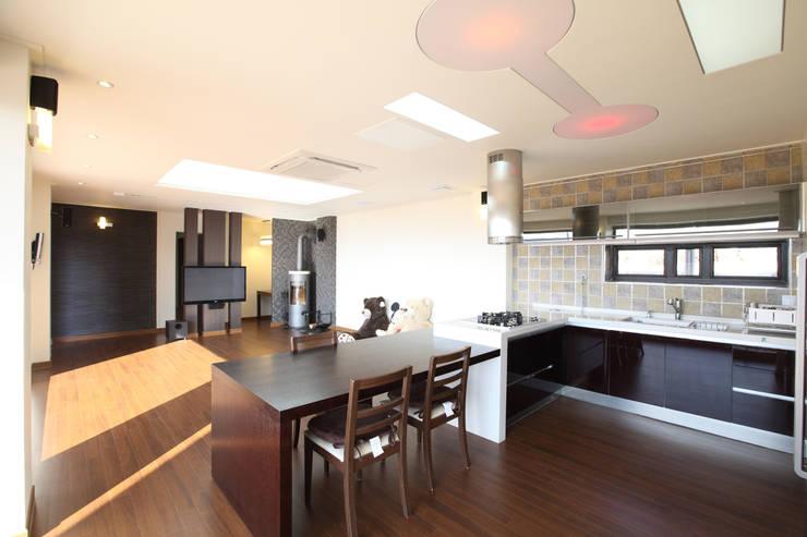 원룸식 주방-거실-다이닝: 주택설계전문 디자인그룹 홈스타일토토의  다이닝 룸