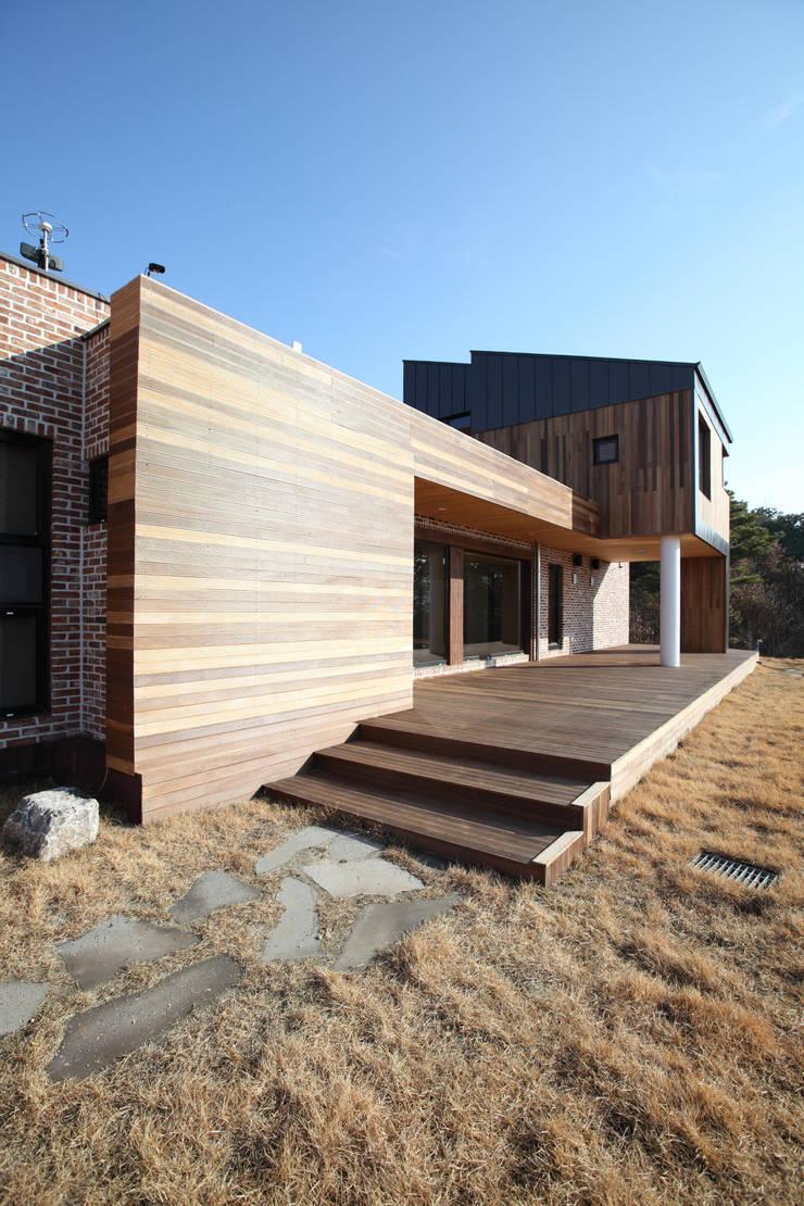 데크를 통해 접근하는 정면: 주택설계전문 디자인그룹 홈스타일토토의  주택
