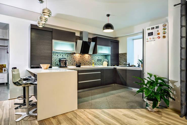 Проект 3х комнатной квартиры-студии 95 м²: Кухни в . Автор – SAZONOVA group
