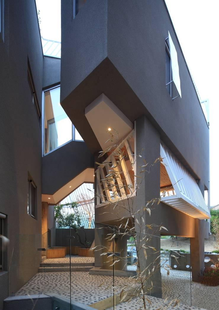 Kyeong Dok Jai: IROJE KIMHYOMAN의  주택,모던